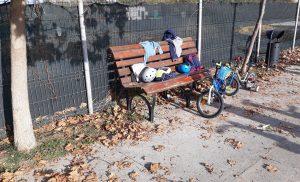 Cu casca de protectie pe bicicleta
